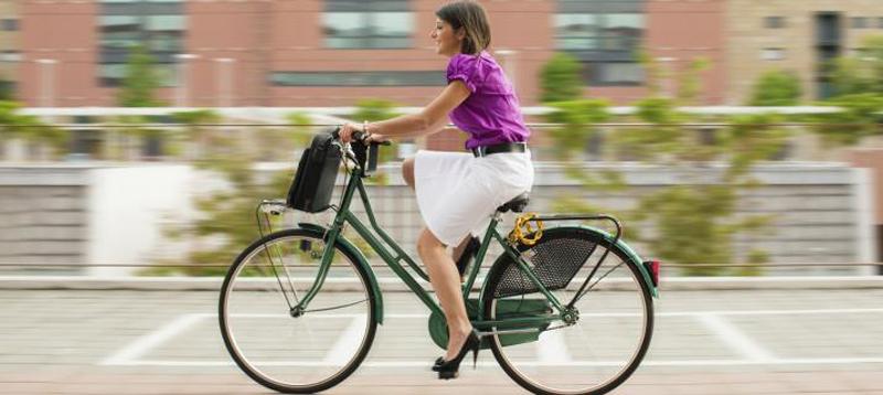 Jongedame op de fiets