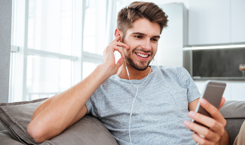 Man aan het luisteren